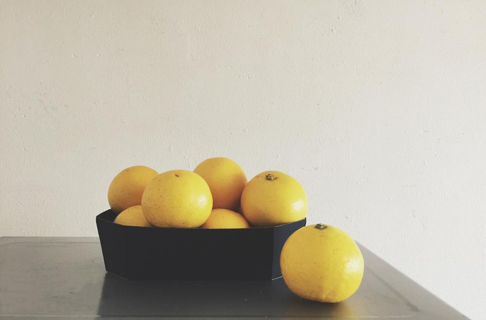 山盛りの小夏。果皮の明るい黄色がきれい。