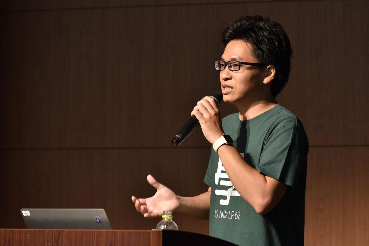 写真:イベントTシャツを着て登壇中の伊原さん